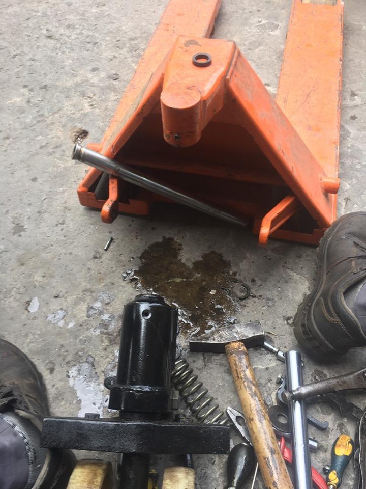 Sửa xe nâng tay bơm không lên ở quận 10