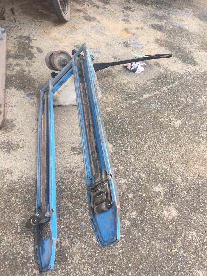 Sửa xe nâng tay kéo nặng, bị rò rỉ dầu thủy lực